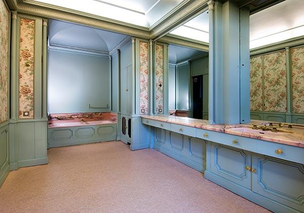 Baños Con Inodoro Independiente:, con una bañera al fondo y un cuarto con inodoro independiente