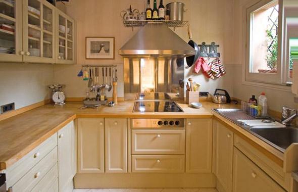 la cocina muy alegre y luminosa est dotada de un completo conjunto de muebles altos y bajos la encimera de madera maciza