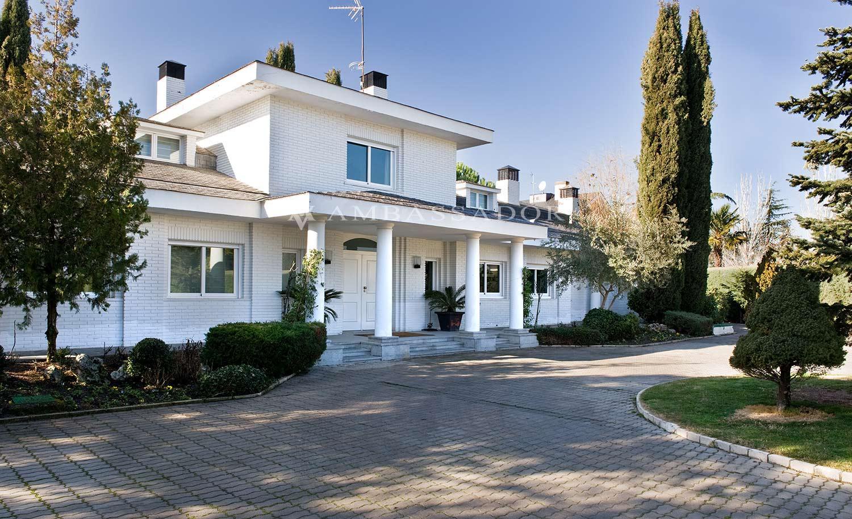 La propiedad que les poponemos es un precioso chalet ubicado en una de las mejores zonas de La Moraleja. Se trata de una casa  desarrollada en dos plantas más sótano