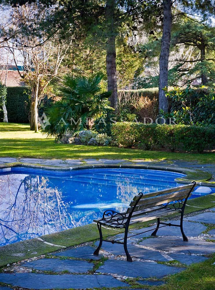 Vista de un rincón del jardín en el que apreciamos el elegante diseño del mismo y el excelente cuidado y mantenimiento que ha recibido