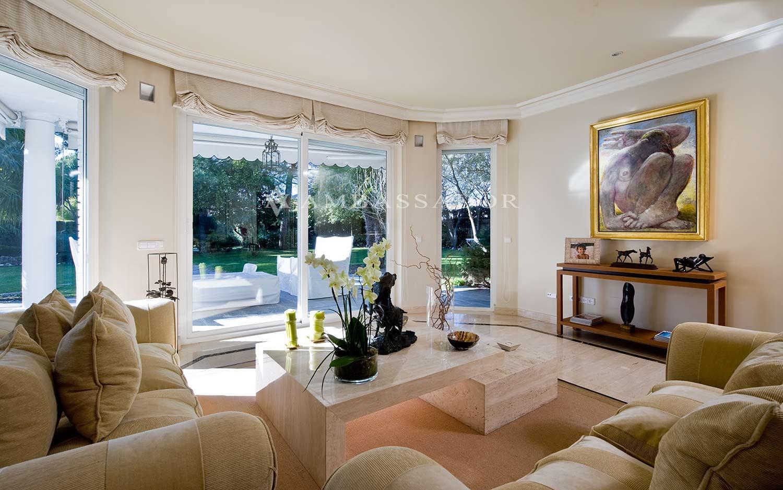 Detalle de la zona de los ventanales. Se aprecia el amplio porche cubierto al que se accede desde el mismo salón. Las vistas al jardín son magníficas y relajantes