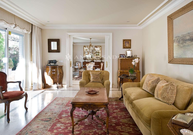 A través de unas puertas dobles correderas, accedemos desde el salón a una sala de estar que a su vez comunica con el comedor, al fondo. Desde aquí también tenemos acceso al jardín