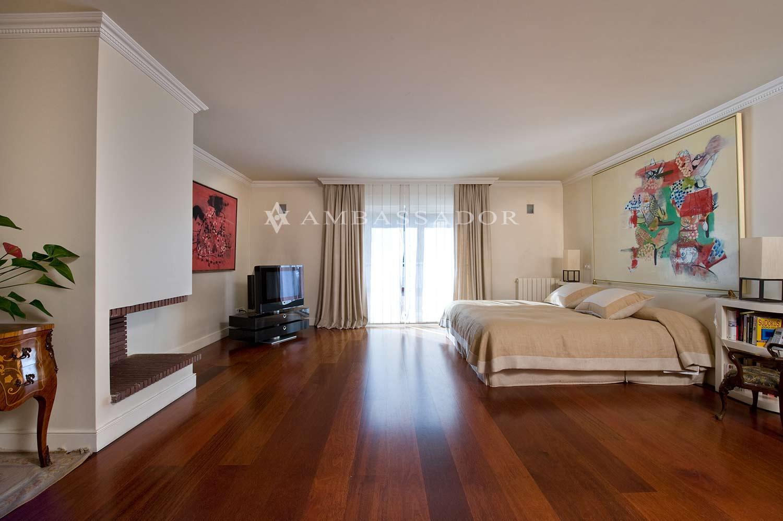 Suite principal compuesta por un dormitorio, una terraza, un vestidor y dos grandes cuartos de baños para señora y caballero. Sobre estas líneas vemos el magnífico dormitorio principal