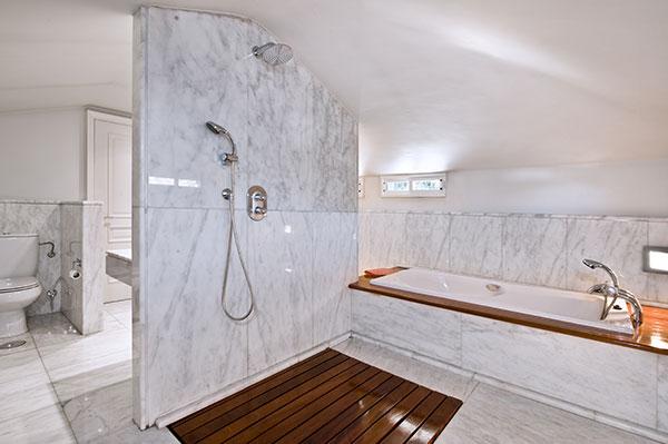 Distribucion Baño Vestidor: de baño tanto el vestidor como el baño tienen el techo abuhardillado