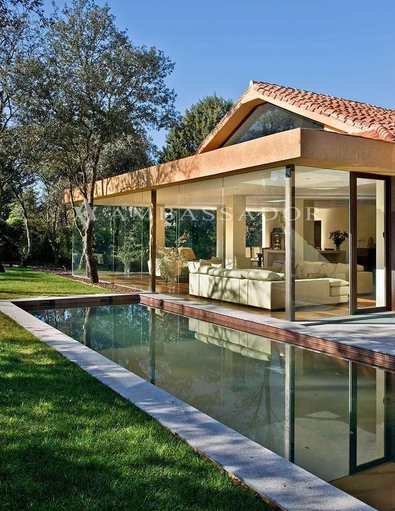 Otra vista de la fachada y de la piscina