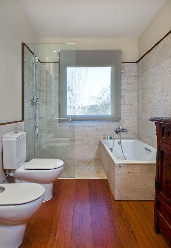 Detalle del baño del dormitorio anterior. Destaca el elegante suelo ...