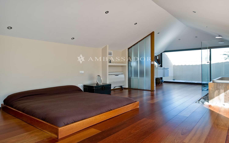 Dormitorio de la suite principal, con el baño integrado en el mismo