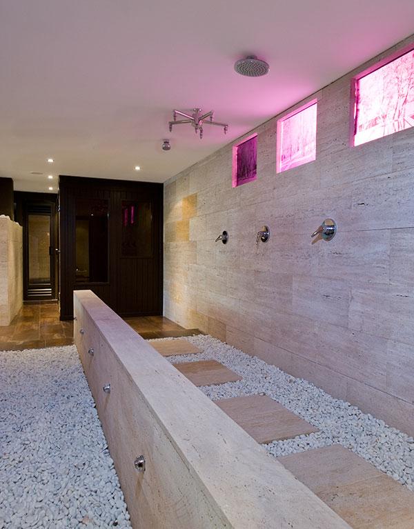 Ducha Con Baño Turco: con dos jacuzzis, sauna, baño turco, cromoterapia, duchas y baño
