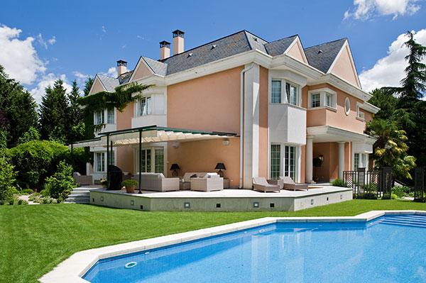 Ambassador agencia inmobiliaria madrid venta de casas for Casas con piscina y jardin