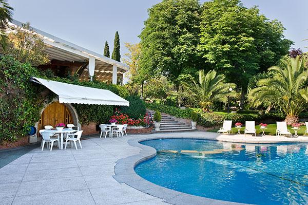 Ambassador agencia inmobiliaria madrid venta de casas for Casas grandes con jardin y piscina