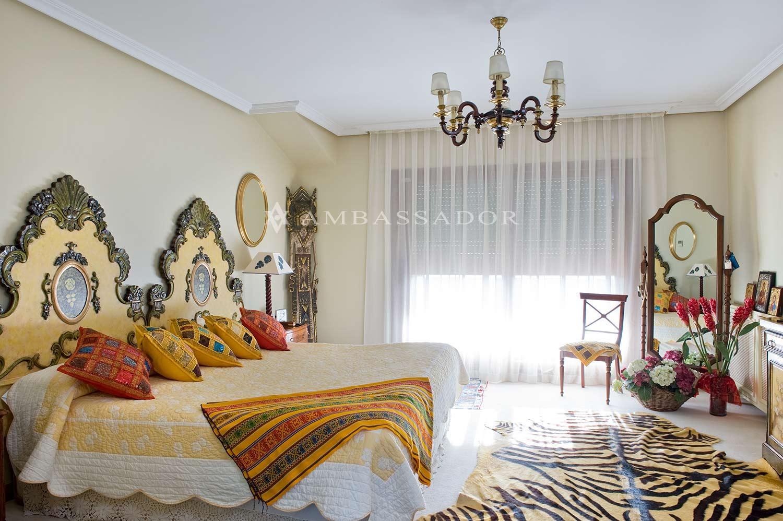 Dormitorio de la suite principal con abundante  luz natural