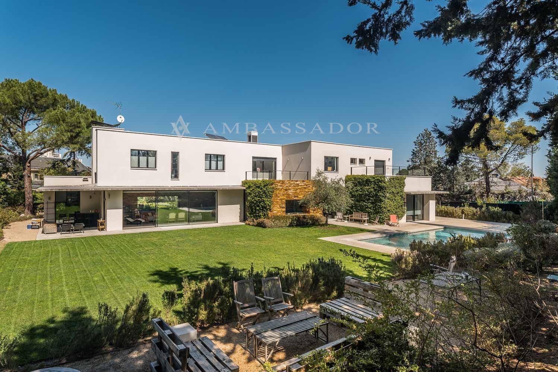 Majestuosa residencia con un precioso diseño moderno de reciente construcción en distintos materiales sobre una parcela de más de 1600 m².