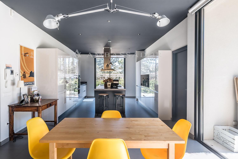 Imagen de la cocina la cual cuenta con office independiente y salida al jardín.
