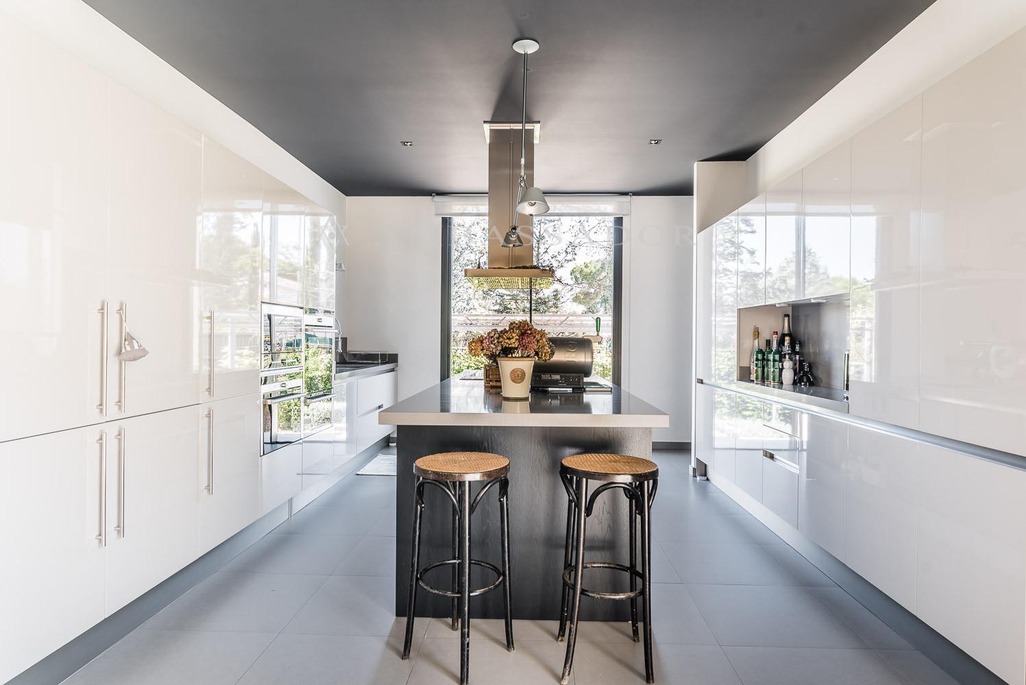 Fantástica cocina gourmet que comunica con el comedor con una gran puerta corredera.