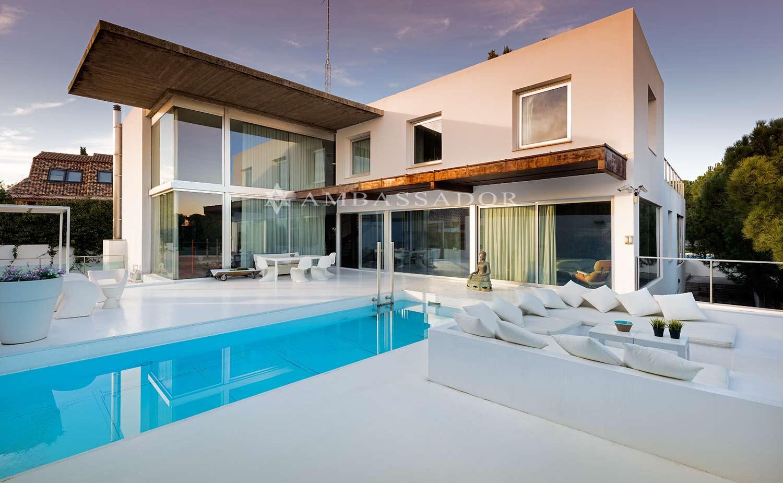 Espectacular chalet independiente de diseño, orientación sur-este , con fantásticas vistas al Golf (hoyo2) , muy privado, magnificas calidades, cabe destacar la luminosidad de toda la vivienda