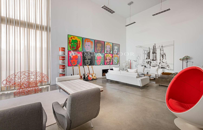 Amplísimo salón comedor en cuatro ambientes, con salida a un espectacular porche en varios ambientes