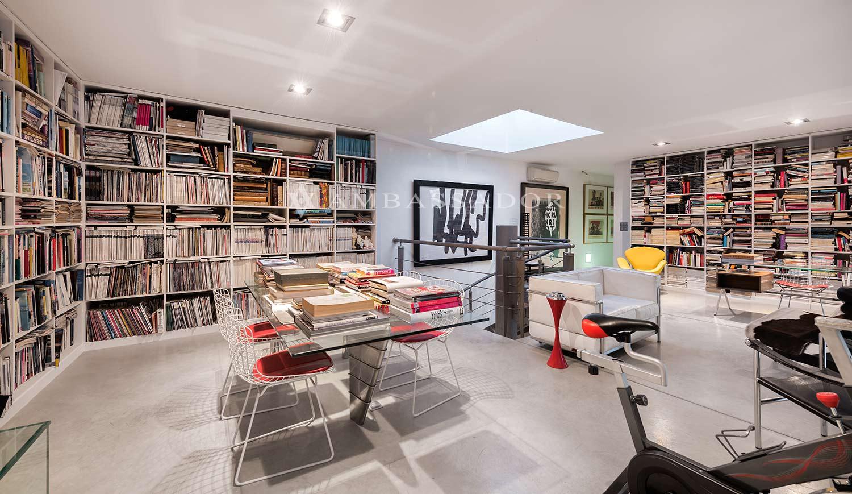 Biblioteca con zona de trabajo