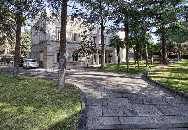 Sobre estas líneas una vista general del palacete desde la entrada a la parcela, que dispone de una extensión de 3.080 m2, siendo la superficie construida de la vivienda de 800 metros cuadrados