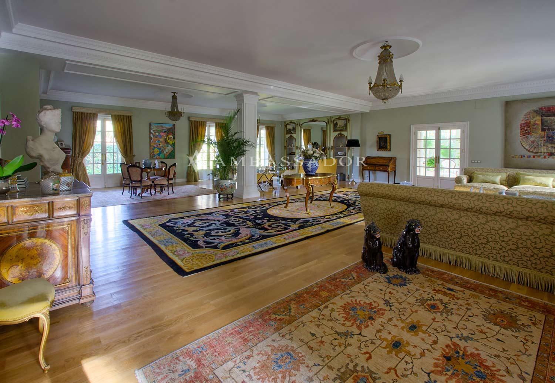 El gran tamaño de los  salones permite definir hasta cuatro distintos ambientes