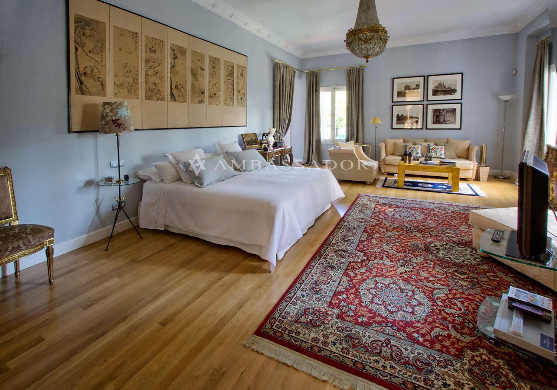 El amplísimo dormitorio de la suite principal permite definir distintos ambientes, de lectura, de trabajo, de TV, etc