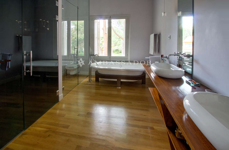 El cuarto de baño de la suite principal con lavabos de moderno diseño