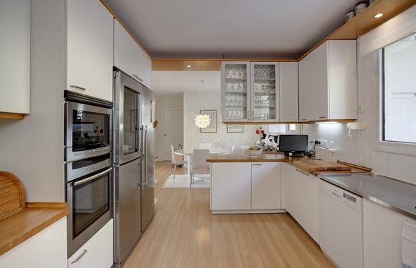 de las primeras marcas recorren los armarios empotrados del pao situado a la izquierda de la imagen la cocina desemboca en un gran