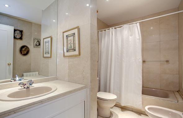 Baño Principal Medidas:El baño principal se encuentra revestido en mármol pulido en tonos