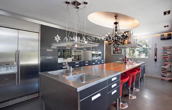 la cocina totalmente equipada con de las primeras marcas destila elegancia y modernidad en sus acabados de diseo