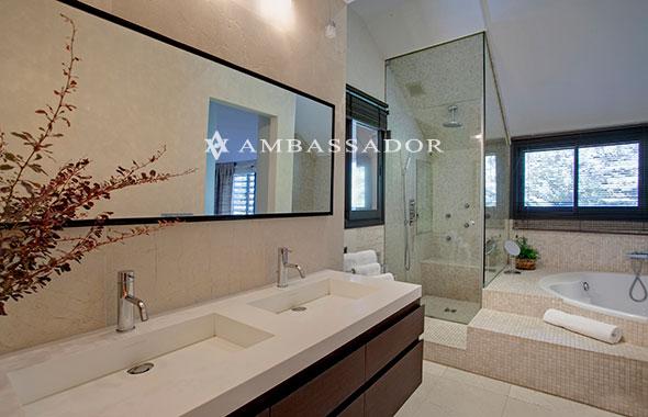 Baño Abierto Al Vestidor: Al fondo, distinguimos el vestidor abierto que cuenta con su propia
