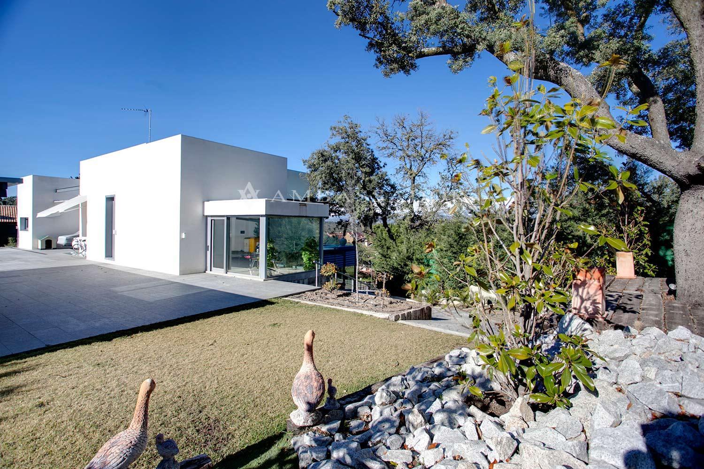 Singular edificación en parcela en pendiente de 2.500 m2, lo que permite explotar al máximo sus inmejorables vistas creando distintas alturas y volúmenes.
