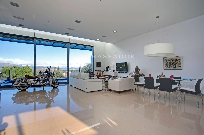 Diáfano salon con múltiples usos y espacios.