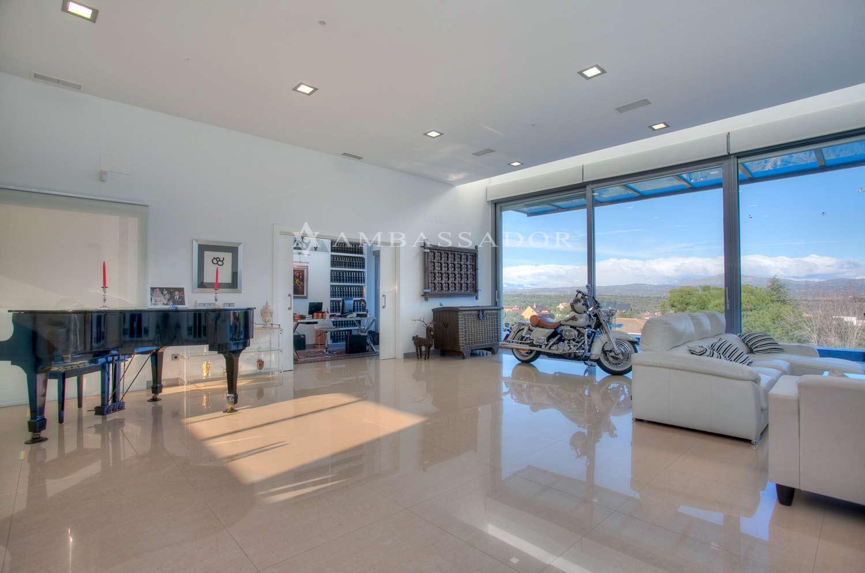 Vista del salon donde se disfruta de unas magníficas panorámicas sobre la Sierra madrileña.