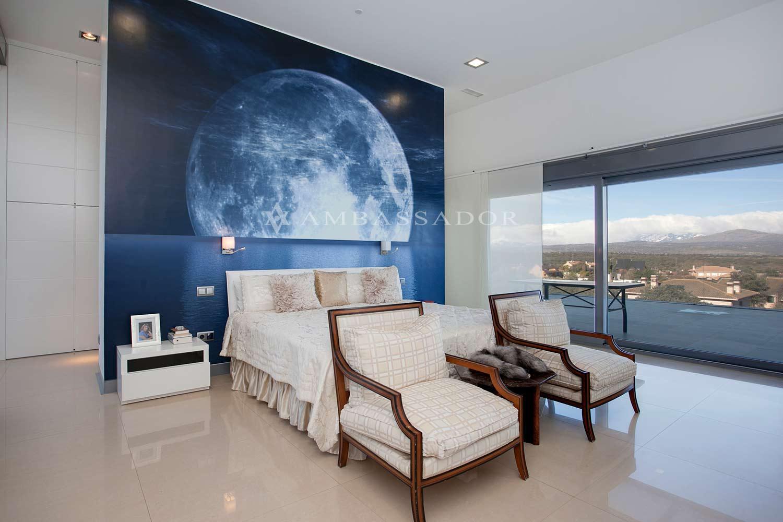 Soberbia suite principal, cubierta en uno de sus paños por grandes puertas acristaladas de suelo a techo que vierten sobre el porche.