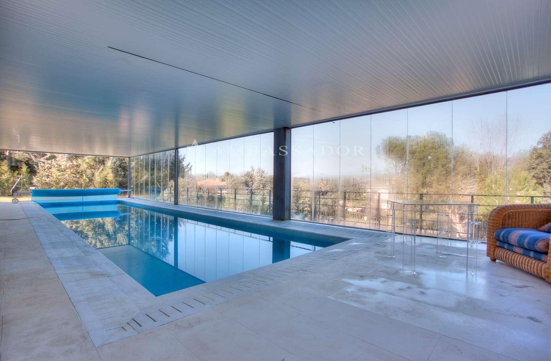 Agradable piscina cubierta ubicada en la planta baja.