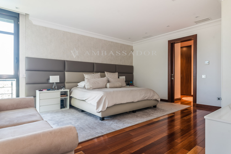 Dormitorio principal de gran tamaño con dos vestidores y baño.