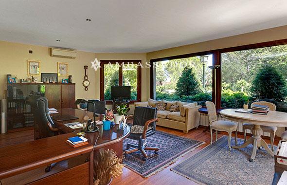 Ambassador real estate - Salones con escaleras ...