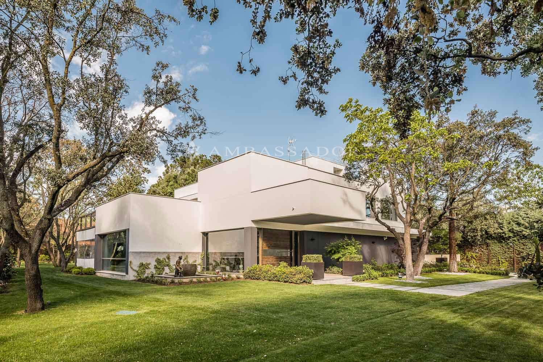 Vvivienda de reciente construcción ubicada sobre una parcela de 2.900 metros cuadrados con bonito y consolidado paisajismo.