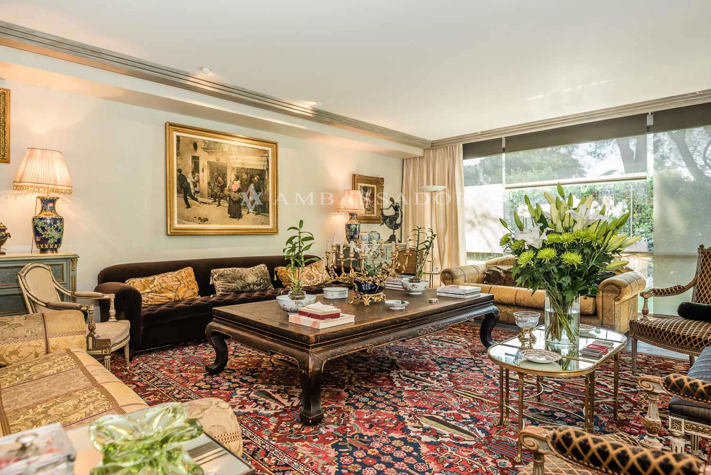 Perspectiva de la espectacular zona de recibo donde en la actualidad un extenso y ornamentado tapiz acoge sobre sí un exquisito mobiliario.