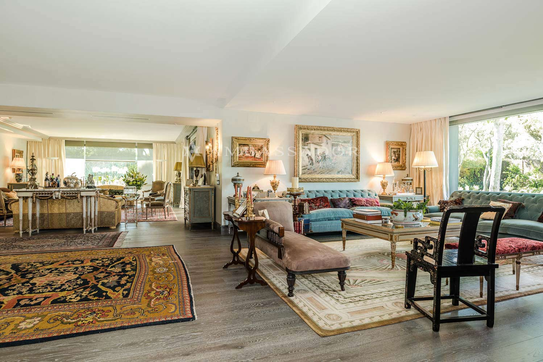 El salón está compuesto por distintos ambientes que se diferencian entre sí, favorecido este hecho por la morfología propia de la estancia.