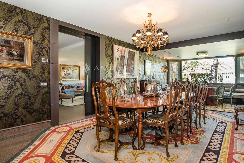 El comedor independiente es una gran sala eminentemente longitudinal caracterizada por sus generosas proporciones, su luminosidad y la original y exclusiva decoración.