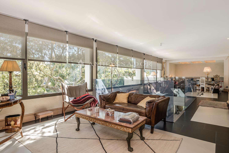 Amplia sala de estar que está compuesta por varios ambientes entre los que se encuentra una zona actualmente habilitada como despacho.