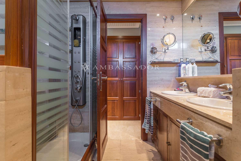 fabulous el bao en suite se encuentra revestido en mrmol con mueble de madera tiene lavabos encastrados with encimera bao madera with encimeras bao madera - Encimeras Bao
