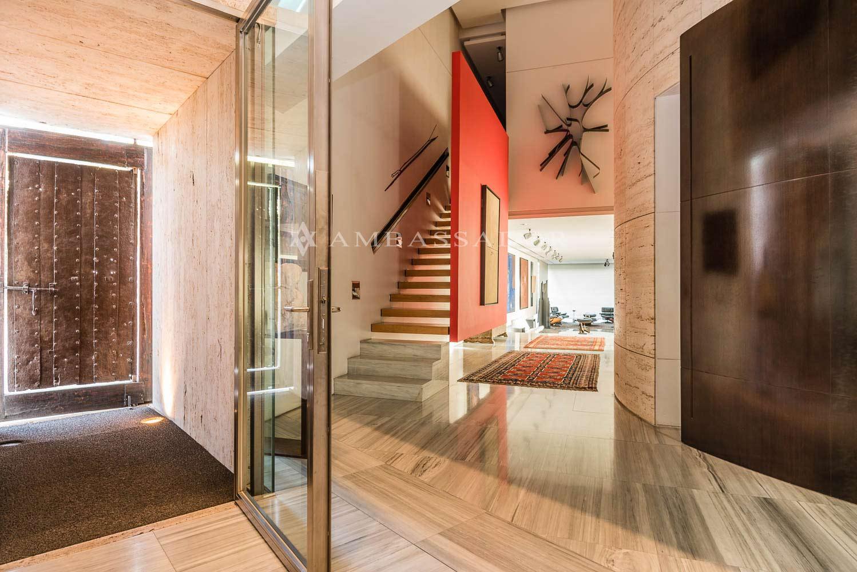 El hall de entrada es un gran distribuidor donde se ubica un ascensor que comunica las tres plantas de la vivienda.