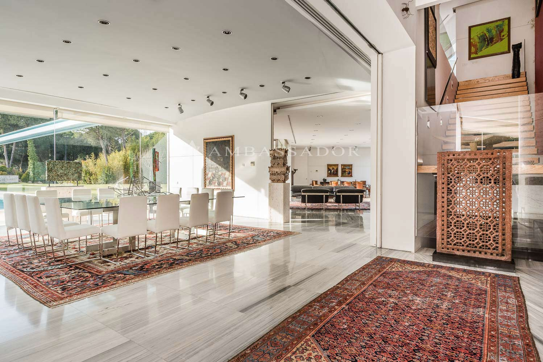 El comedor principal es otra muestra de la magnificencia y cuidadoso estudio del diseño de cada uno de los rincones de la casa.