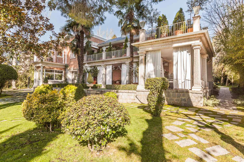 Excepcional vivienda familiar sobre uno de los mayores terrenos de Aravaca actualmente en venta. Accesos desde dos desde calles paralelas