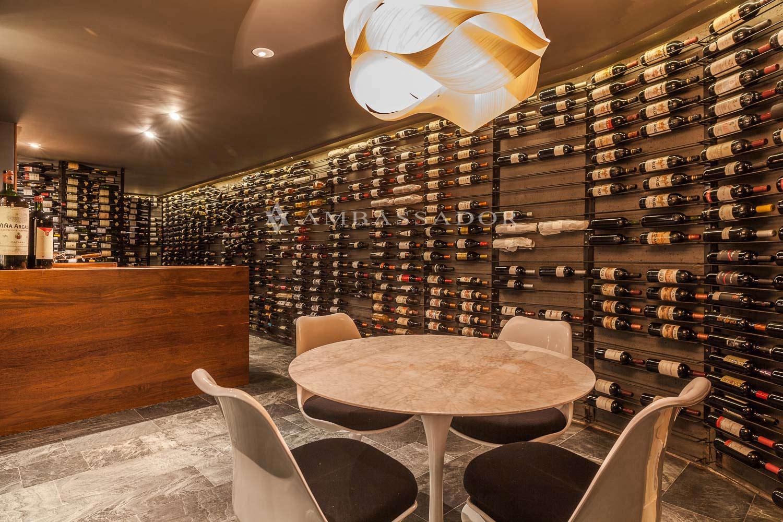 Una bodega acondicionada para los amantes del vino. Es un espacio único por su temperatura y su iluminación regulada con potenciómetros