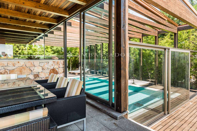 Vista del agradable porche al que se accede desde el salón, y que, a su vez, da acceso a la piscina.