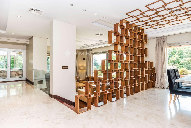 El salón, enorme estancia divida en varias zonas y a distintos niveles.