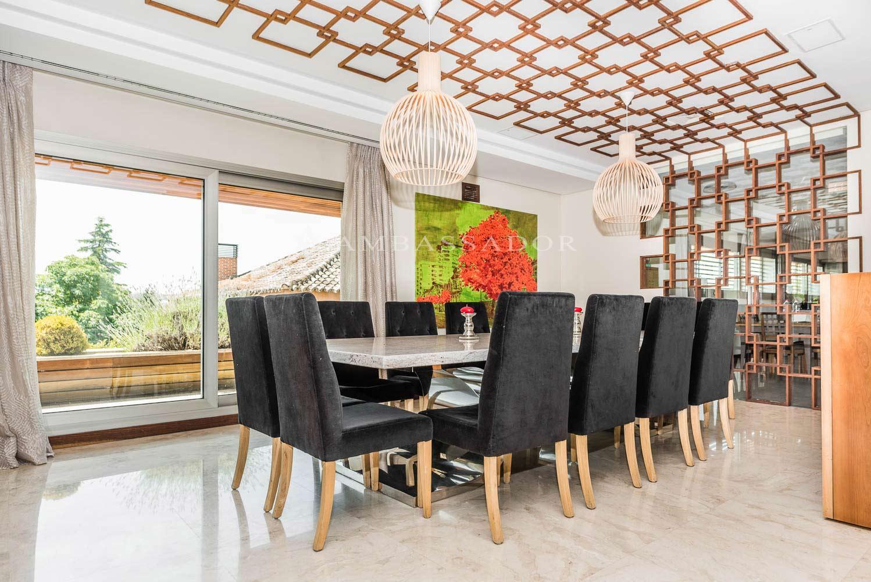 Detalle del comedor donde las texturas, colores y materiales están pensados para facilitar una sensación de distinción y exclusividad.