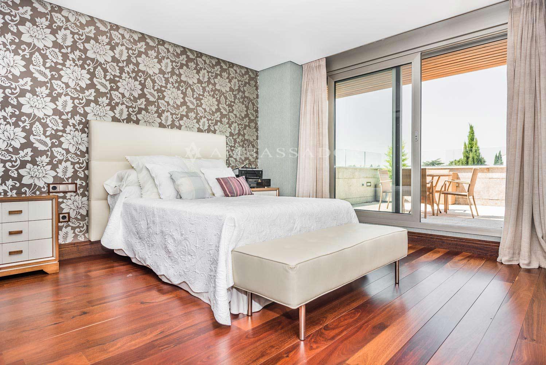 Amplio dormitorio con baño individual completo y acceso a una estupenda terraza equipada con mobiliario de descanso de exterior.